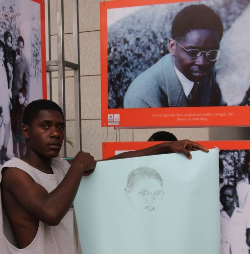 Art student at Mediateca displays his rendering of Agostinho Neto