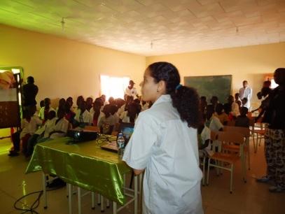 Sendi making a educational presentation for public schools in Cangandala; A Sendi fazendo uma apresentação educativa para escolas públicas da Cangandala