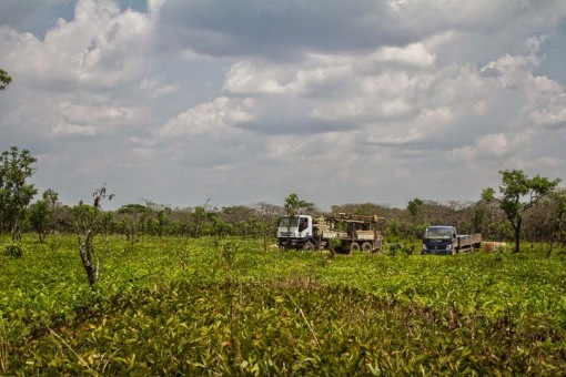 Working on a borehole in Cangandala; Trabalhando num furo na Cangandala.