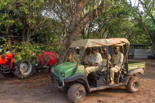 A new vehicle in Cangandala NP; Um novo veículo no Parque da Cangandala.