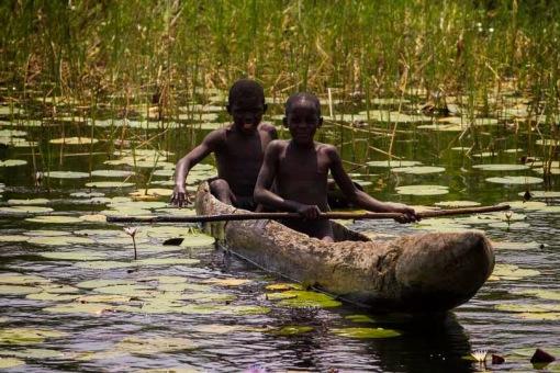 Kids canooeing in Luando; Miúdos numa canoa no Luando.