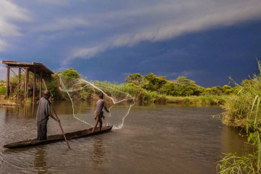 Fishing in Luando river as a big storm approaches; Pescando no rio Luando quando uma grande tempestade se aproxima.