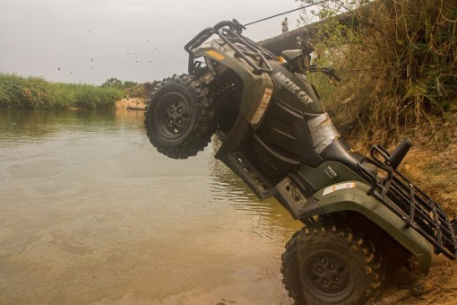 Preparing to cross the Luando River with a diesel quad. Preparando uma moto 4X4 diesel para atravessar o rio Luando.