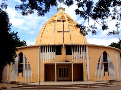 The new Igreja Santana, downtown Caxito.