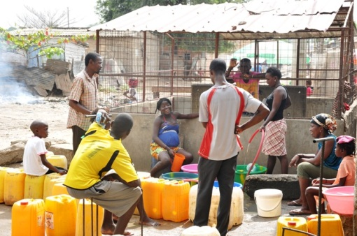 Less than 30% of Luandans have access to running water in their homes. Photo courtesy DW.